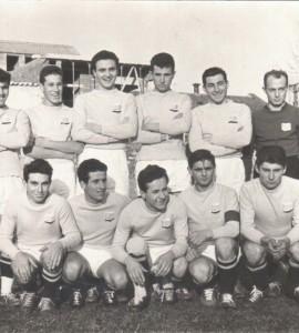 Foto con abbigliamento giallo-blu inverno 1960: Formazione G.S. San Martino - Sponsor Ve.Ge primo campionato di Terza Categoria sotto la FIGC. Formazione: (da sinistra a destra in piedi) GOTTARDELLO BRUNO, MOROSINOTTO ALFREDO, ARBAN GIANFRANCO, ZANON LUCIANO, BONIN GABRIELE, MUNARON MARIO, (accovacciati) FILOSO GUIDO, BISINELLA ORAZIO, CASOTTO CARLO, FORESE FERNANDO, FAVARO LIVIO Partita Piombino Dese - San Martino 2-3