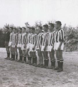Foto con maglie bianco-nere estate 1955, Campionato CSI: Juventina San Martino Fromazione: (da sinistra a destra) ZAMPIERON GIOVANNI, RIVA MARIO, TOMBOLATO GIOVANNI, CABRELLE VIRGINIO, CASOTTO LUCIANO, ARBAN GIANFRANCO, FORESE FERNANDO, DUREGON GIUSEPPE, GOTTARDELLO BRUNO, CASOTTO CARLO, ZANARELLA GIANNI
